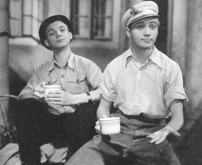 Karel Toman a Vašek Pelíšek (Josef Kemr) v komedii Studujeme za školou