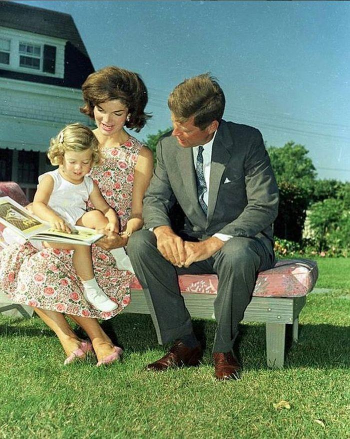 John Fitzgerald Kennedy s dcerkou a krásnou manželkou Jacqueline, která se stala módní ikonou první poloviny 60. let