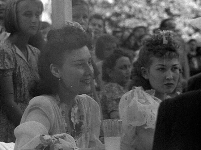 Zorka se sestrou Lídou na Zliennale v roce 1941