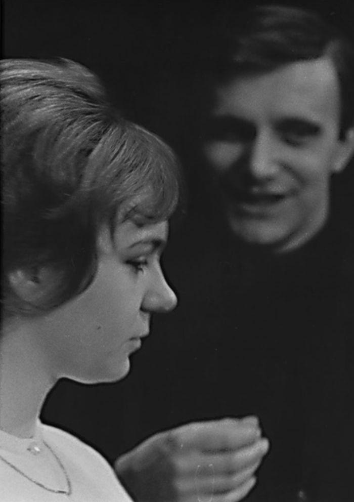 V roce 1965 hostovala v Semaforu ve hře Jiřího Suchého Sekta