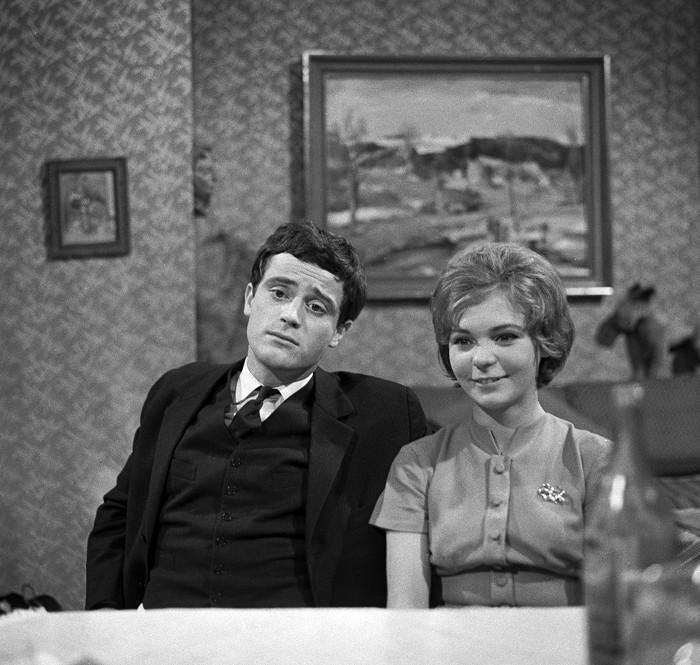 Alena Kučerová s přítelem Otou Jedličkou (Jan Tříska) v televizní inscenaci režiséra Františka Filipa z roku 1963 Domácí víno