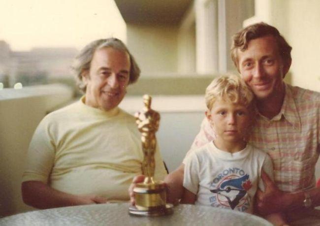 Ján Kadár (vlevo) v roce 1978 s přítelem a lékařem Svetozárem Štukovským a jeho synem. A hlavně s Oscarem, kterého pak už nikdo nikdy nespatřil. PO režisérově smrti ho totiž zřejmě jeho žena ztratila při stěhování.