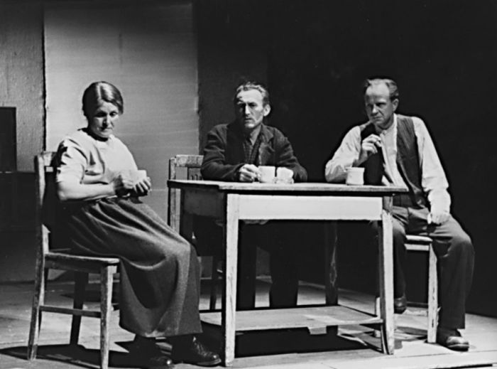 Propuštěný (uprostřed) v dramatu Bertolta Brechta Strach a bída Třetí říše – Realistické divadlo Zdeňka Nejedlého Praha 1960
