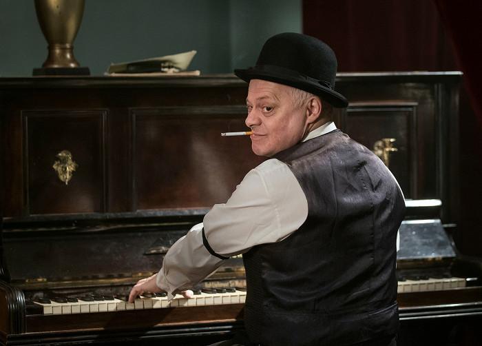 Klavírista v romantické hudební féerii Ach, ta láska nebeská…, natočené u příležitosti osmdesátin Evy Pilarové, která měla televizní premiéru v den jejího úmrtí