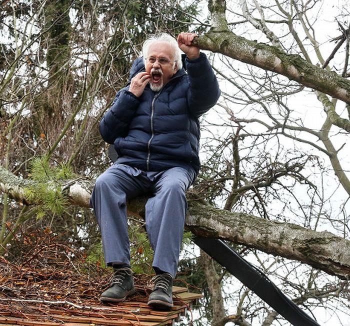 Doktora Zdeňka Vacka ze Slunečné připravili podvodníci o luxusní vilu, a tak předstírá stařeckou demenci, díky níž by mohl být jeho podpis na smlouvě zpochybněn