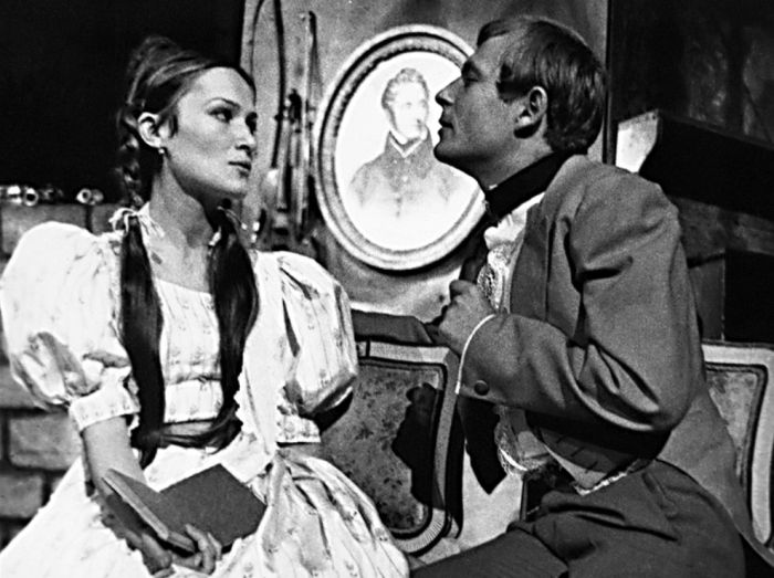 Chlestakov a jeho dcera (Jana Břežková) v satirické komedii N. V. Gogola Revizor – Činoherní klub Praha 1967