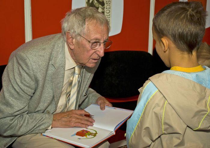 Miláček dětí, televizní děda Lubin, při autogramiádě na veletrhu Svět knihy 2010
