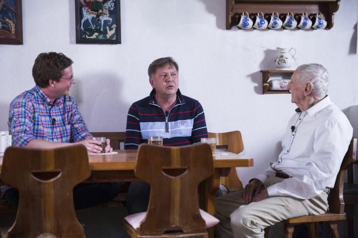 Se synem Martinem (uprostřed) a moderátorem Alešem Cibulkou v pořadu Můžu dál?