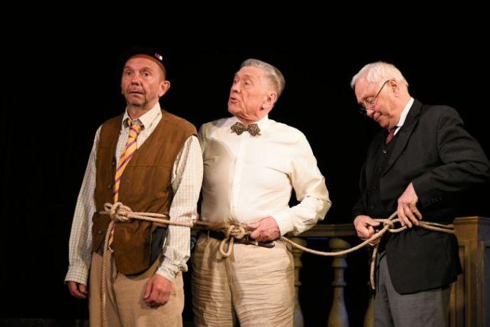 Hrdinové Gustav, René (Jaroslav Satoranský) a Fernand (Miroslav Vladyka), kteří se rozhodnout vzepřít životu 've výslužbě'