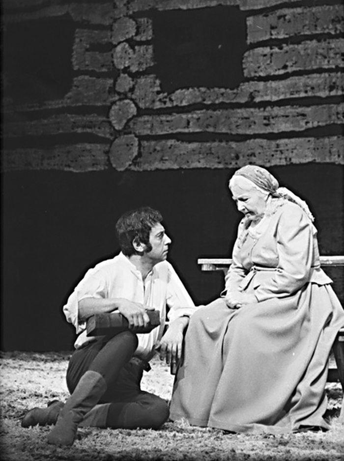 Jako babička v Jiráskově Lucerně v roce 1974 na jevišti Janáčkova divadla Brno; v roli mlynáře Jaroslav Dufek