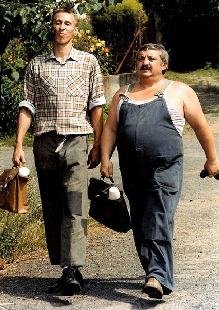 Jako řidič Karel Pávek se závozníkem Otíkem (János Bán) v komedii Vesničko má, středisková