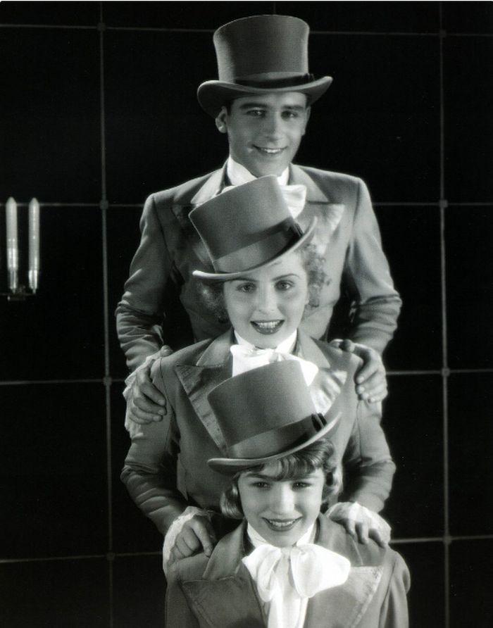 Sylva (na snímku dole) s Oldřichem Vykypělem a Helenou Bušovou na filmové fotosce k romanci Král ulice