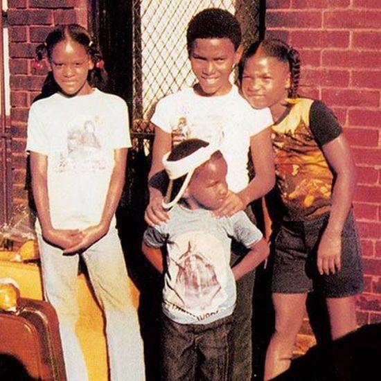 Se starším bratrem Lancelotem (uprostřed) v roce 1980