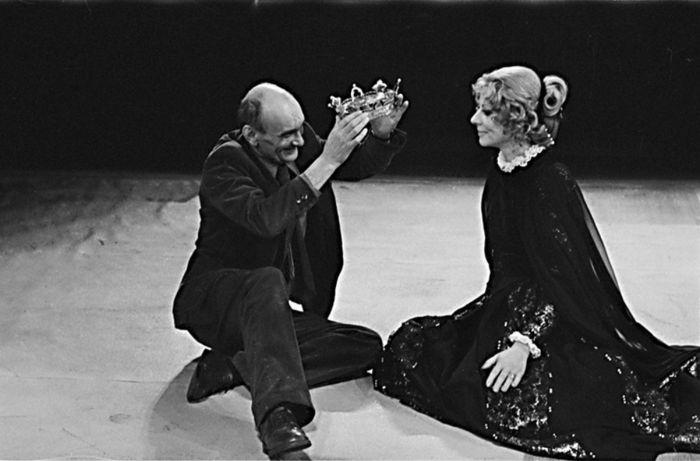 S Marií Drahokoupilovou, představitelkou hlavní hrdinky dramatu Marie Stuartovna, které mělo premiéru v jeho režii v pražském Divadle S. K. Neumanna v roce 1979