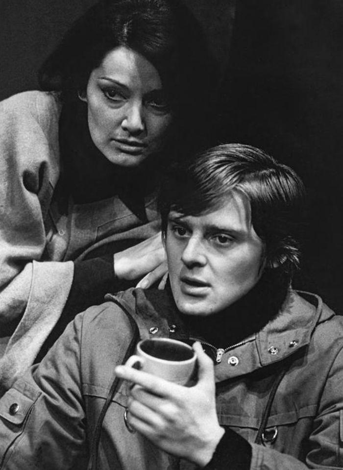 Artur a Wendy (Hana Davidová ) ve hře britského dramatika Davida Storey Farma – Tylovo divadlo 1977