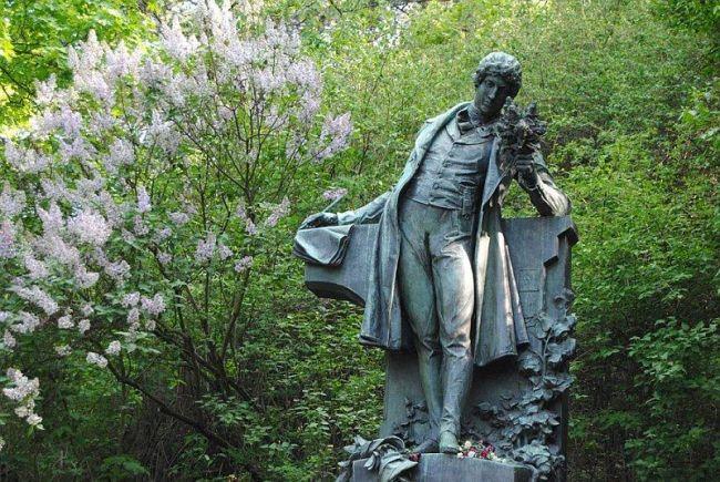 Pomník Karla Hynka Máchy na Petříně od Josefa Václava Myslbeka