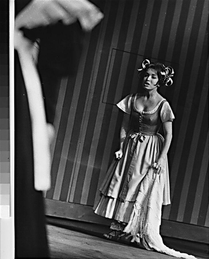 V roce 1967 v pražském Divadle za branou, ve frašce se zpěvy Provaz o jednom konci