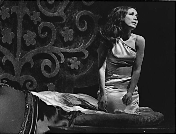 Na počátku kariéry v Divadle na Vinohradech, v představení Legenda o lásce v roce 1971
