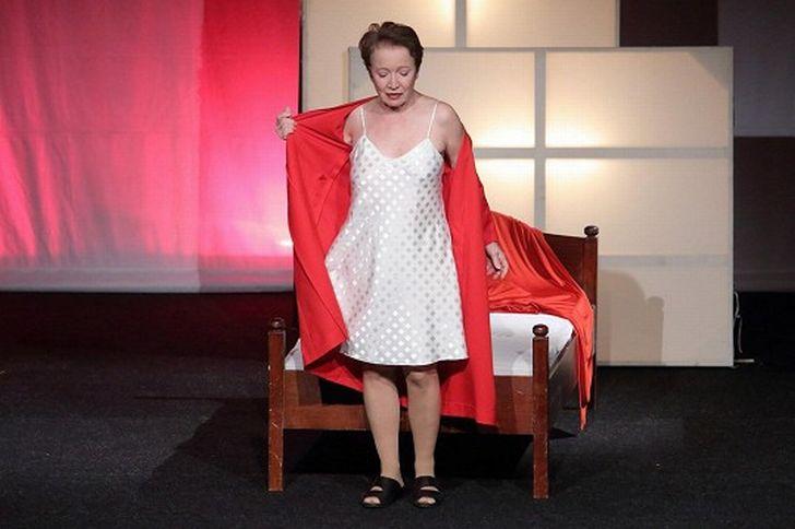 V představení Žena Vlčí mák