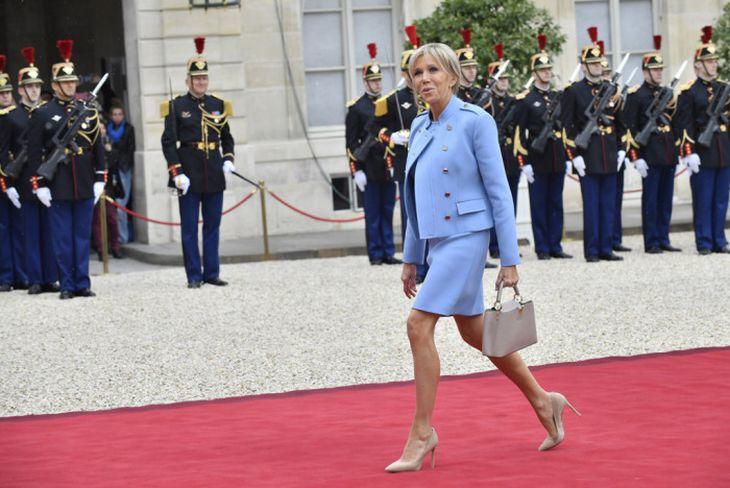 Francouzská inaugurace: Brigitte Macron lze vytknout czhledem ke kostnatým kolenům příliš krátkou sukni a navíc - jakmile se dala do pohybu, zabila veškerou eleganci granátnickou chůzí