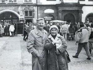 S manželem Jaroslavem o Vánocích 1990 na pražském Staroměstském náměstí