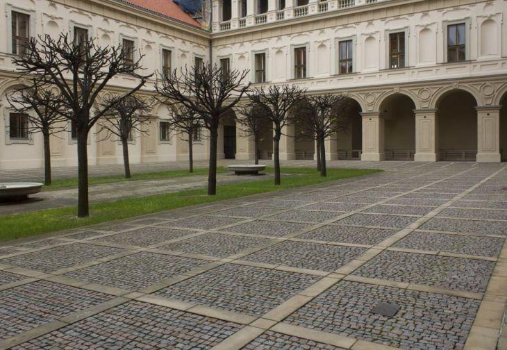 Nádvoří Černínského paláce, na jehož dlažbu dopadlo jeho tělo, dnes nese jméno Jana Masaryka. V popředí je zasazena pamětní deska.
