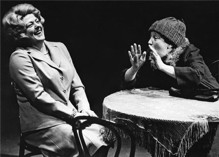 Pavla Krausová a Erži Orbánová (Dana Medřická) v legendární tragikomedii Istvana Örkenyho Kočičí hra – Tylovo divadlo Praha 1974