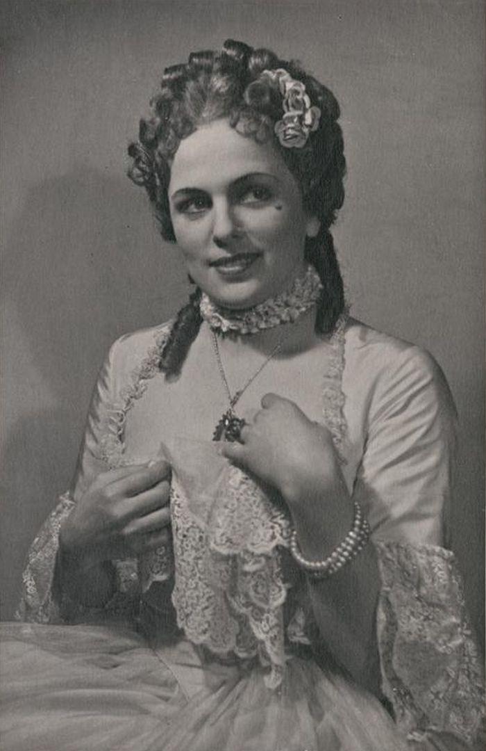 Celimena v Molièrově veršované klasicistní komedii Misantrop – Národní divadlo 1945