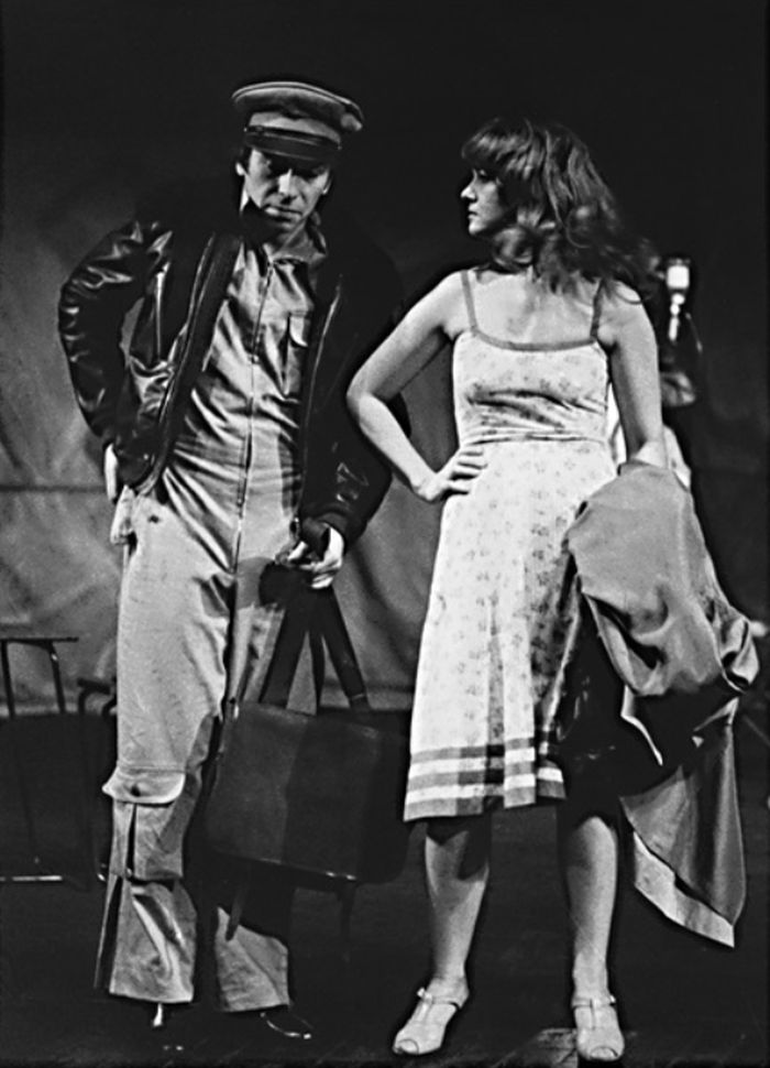 Luciana a Yossarian (František Němec) v dramatizaci slavného protiválečného románu Arthura Hellera Hlava XXII, v němž je vše postaveno na hlavu – Divadlo ABC Praha 1978