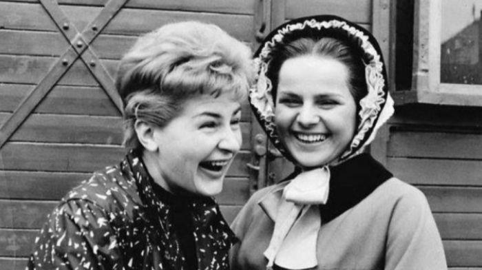 S kamarádkou Jiřinou Švorcovou v roce 1962, během natáčení životopisného dramatu o Boženě Němcové Horoucí srdce