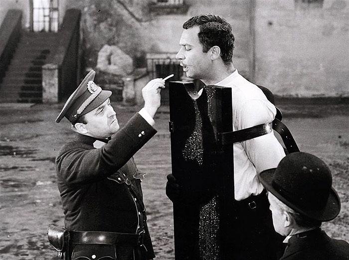 S Vladimírem Menšíkem v experimentální komedii Oldřicha Lipského a Miloše Macourka Happy end