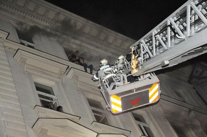 Hasiči zachraňovali lidi z okenních parapetů