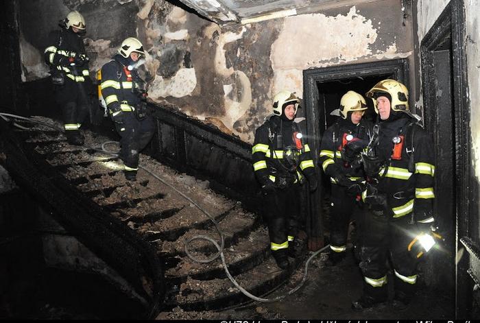 Ještě dlouho po uhašení požáru hasiči prohledávali prostory hotelu