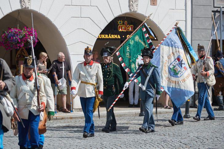 Nástup vojáků v historických uniformách