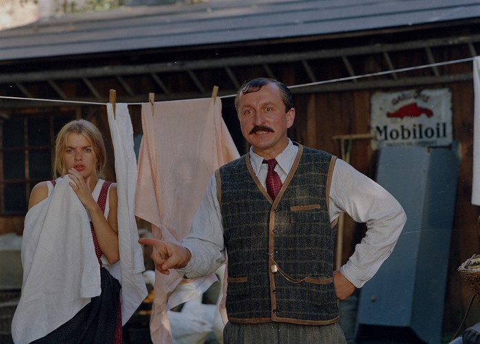 Otec Vendelín Bajza a Kristýna (Barbora Srncová) v seriálu Bylo nás pět