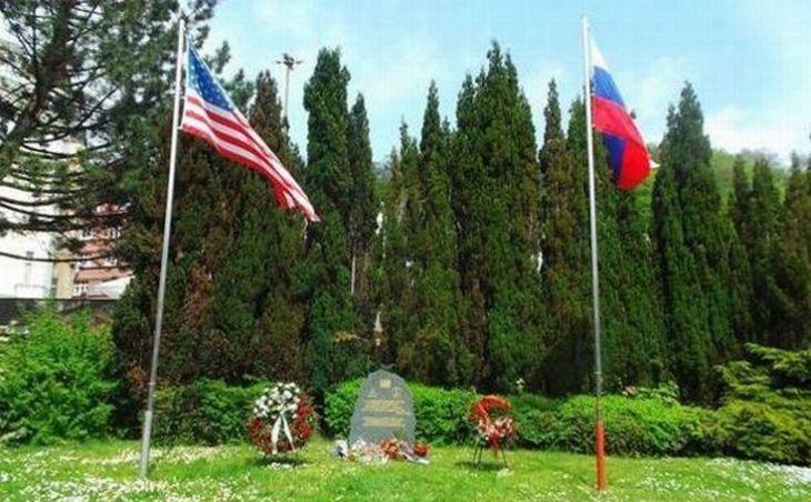 V KArlových Varech zavlála společně s americkou vlajkou ruská. Pro českou už nezbylo místo.