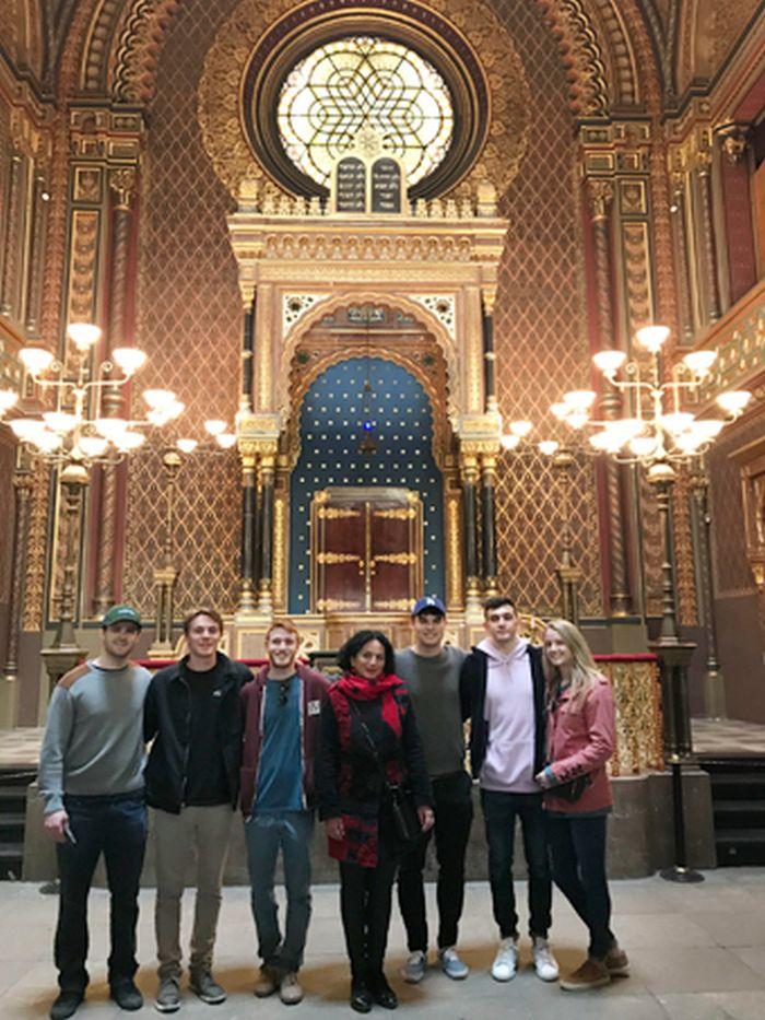 Se skupinou turistů v pražské synagoze
