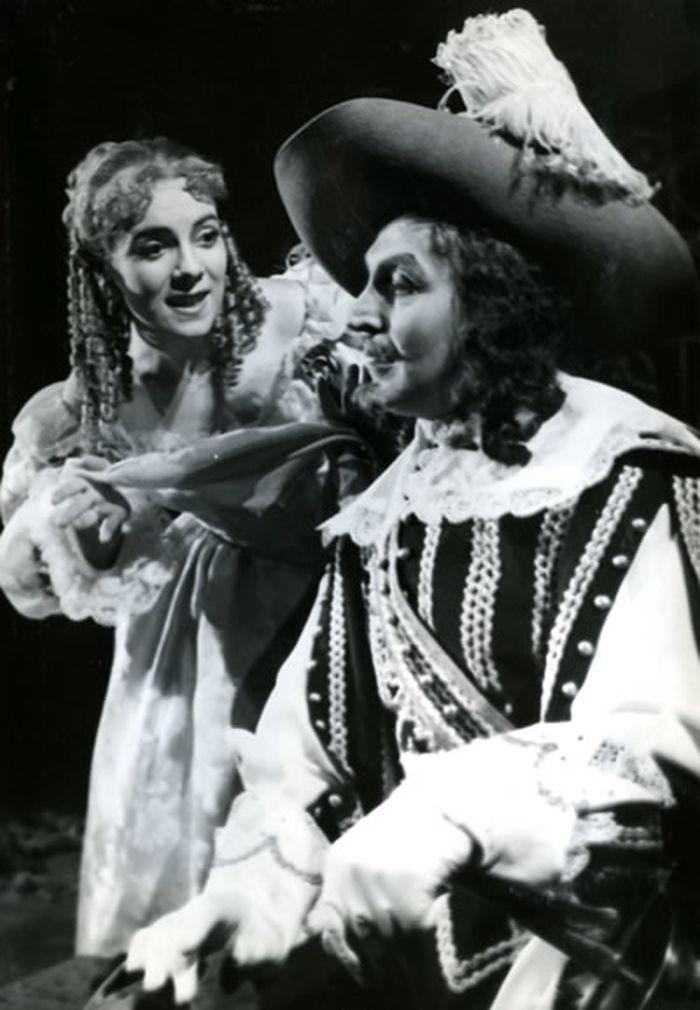 De Guiche a Roxana (Vlasta Chramostová) v inscenaci Cyrano z Bergeracu – Divadlo na Vinohradech v roce 1956