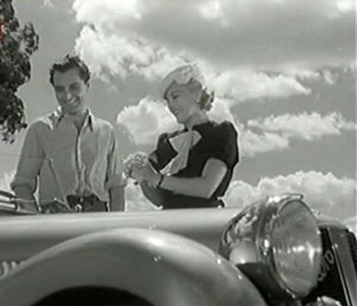 Sedlák Karel Loukota a Anča Králová (Zita Kabátová) v komedii Ženy u benzinu