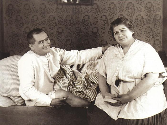 Josef Švejk se svou posluhovačkou paní Müllerovou (Antonie Nedošinská) ve filmu z roku 1926 Dobrý voják Švejk