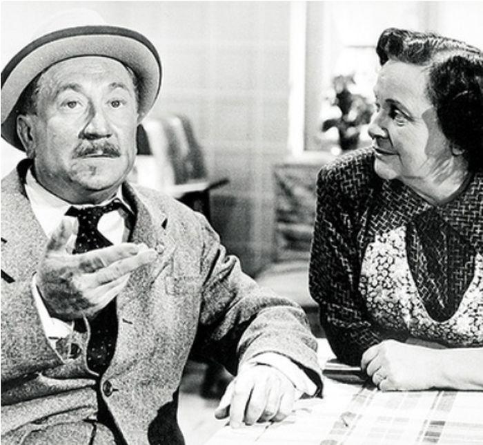 Růžena s filmovým manželem, topenářem Šebestou (Jaroslav Marvan) v budovatelské komedii Bylo to v máji