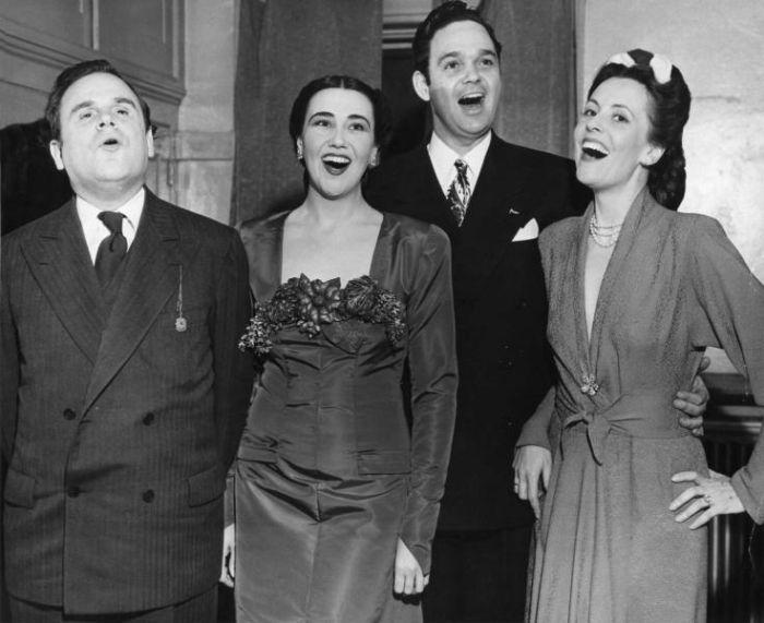 Benefiční galavečer newyorské Metropolitní opery v roce 1945 (na snímku vpravo)