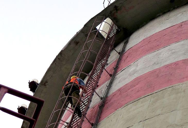 Ornitolog Václav Beran šplhá na věž za mládětem