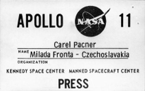 Novinářský průkaz Karla Pacnera na start Apolla 11 na mysu Canaveral a do řídicího střediska v Houstonu