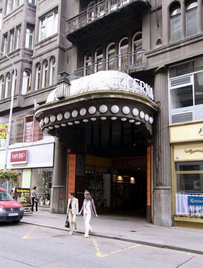 První část paláce Lucerna s průčelím do Vodičkovy ulice byla vybudována v letech 1907 až 1909. Stavba druhé části s průčelím do Štěpánské ulice (na snímku) byla zahájena v roce 1913.