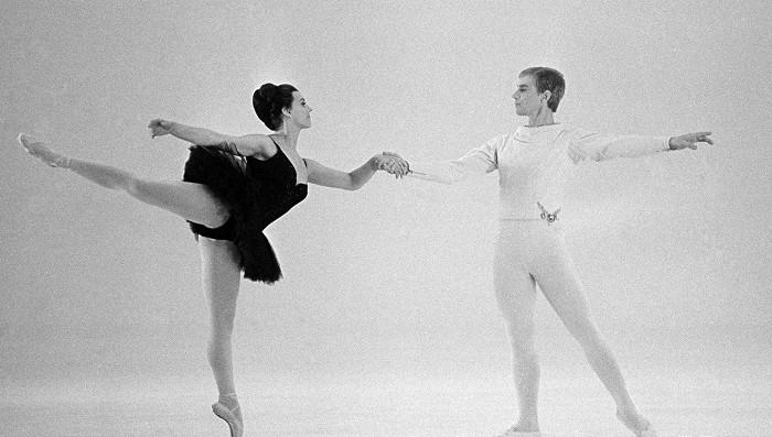 Manželé Jarmila Manšingerová a Miroslav Kůra v Pas de quatre, televizním baletním filmu z roku 1967 na suitu z baletu P. I. Čajkovského Labutí jezero