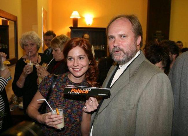 S přítelkyní, herečkou Klárou Jandovou, v Divadle Palace