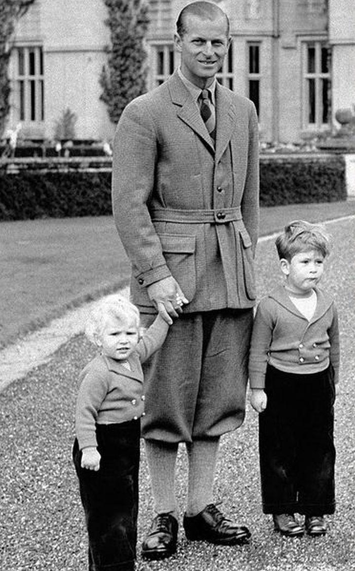 Princ Philip se staršími dětmi Charlesem a Anne v roce 1952