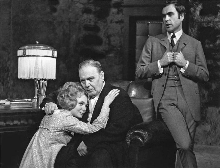 S Klárou Jernekovou a Oldřichem Vlčkem v roce 1968 na jevišti Národního divadla, v Čapkově dramatu Bílá nemoc