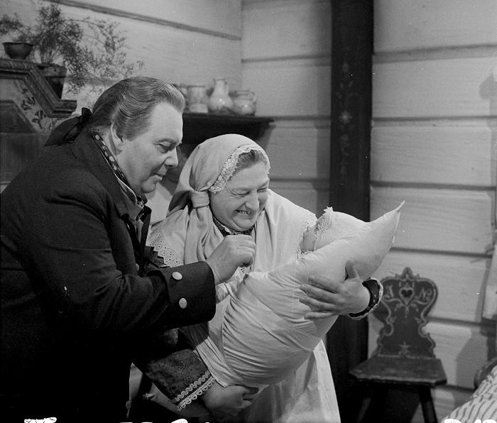 Kupec Josef Věk a služebná (Ludmila Roubíková) v seriálu podle historického románu Aloise Jiráska F. L. Věk